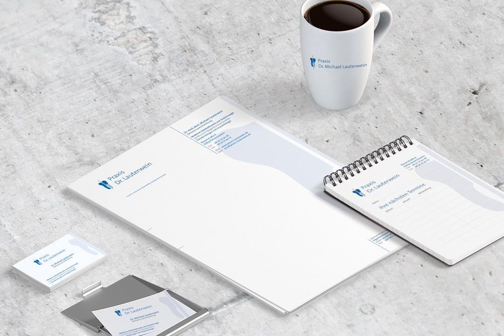 Visitenkarten, Briefbögen und Terminkarten sind nur ein Teil der Werbematerialien, die wir für die Zahnarztpraxis Dr. Lauterwein gestaltet haben.