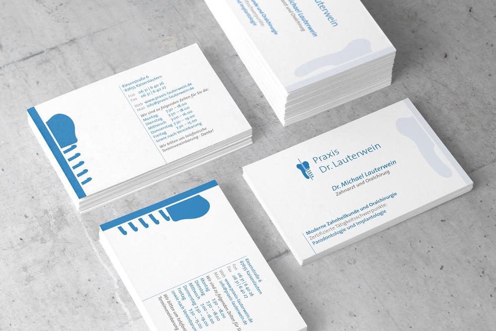 Für die Zahnarztpraxis Dr. Lauterwein haben wir, passend zum Corporate Design, Visitenkarten gestaltet. Diese sind nur ein Teil der Werbematerialien.