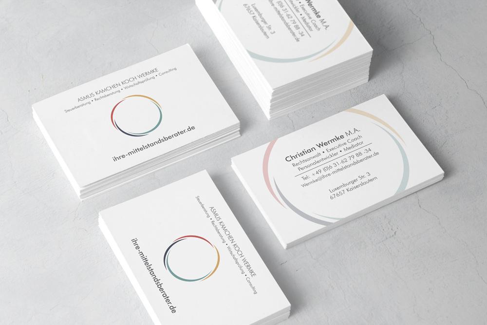 Für jeden Geschäftspartner von Asmus Kamchen Koch Wermke wurde eine Visitenkarte gestaltet. Die Visitenkarten dienen als Werbematerialien und wurden auf hochwertigem Papier mit partiellem Lack gedruckt.