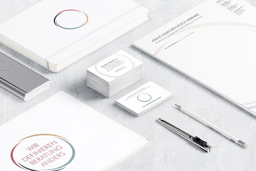 Zahlreiche Werbematerialien wie Visitenkarten, Briefbogen, Flyer und Broschüren haben wir für die Kanzlei und das Steuerberatungsbüro Asmus Kamchen Koch Wermke gestaltet.